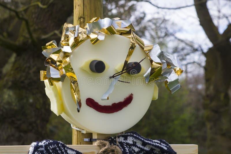 La paglia ha riempito il tipo figure dello spaventapasseri di caricatura per spettacolo del ` s dei bambini al festival di molla  immagini stock