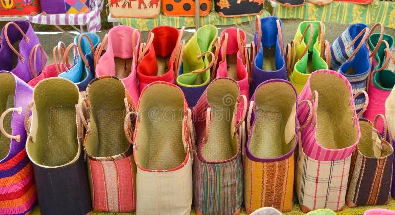 La paglia variopinta insacca ad un mercato ricordi in Provenza, Francia fotografie stock libere da diritti