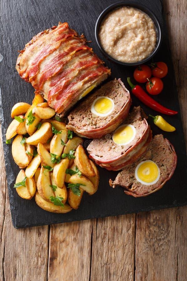 La pagnotta di carne affettata deliziosa avvolta in bacon con la patata incunea la a fotografie stock libere da diritti