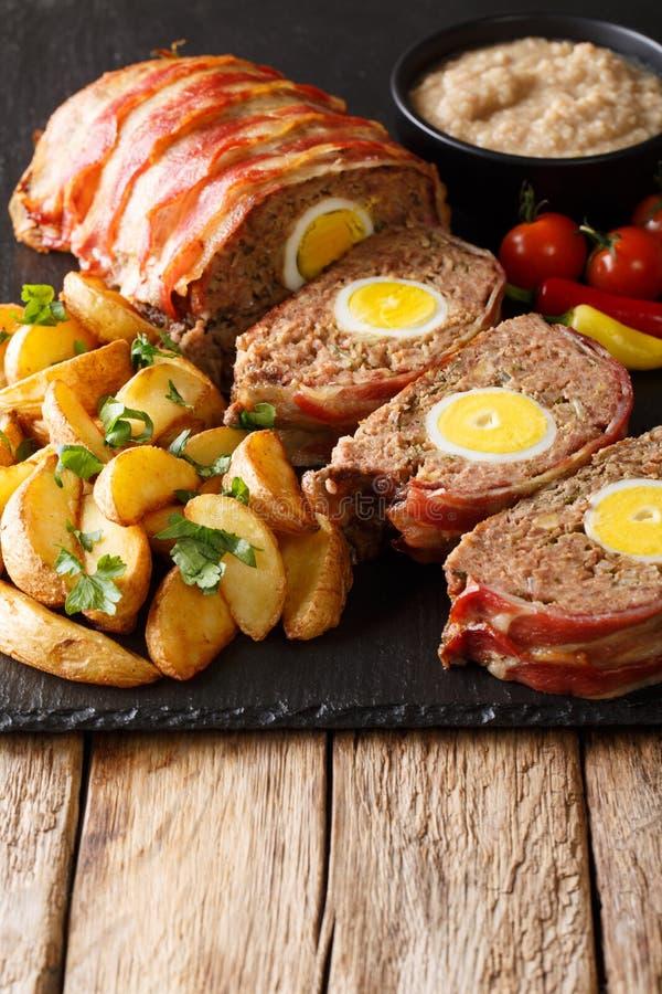 La pagnotta di carne affettata deliziosa avvolta in bacon con la patata incunea la a fotografia stock