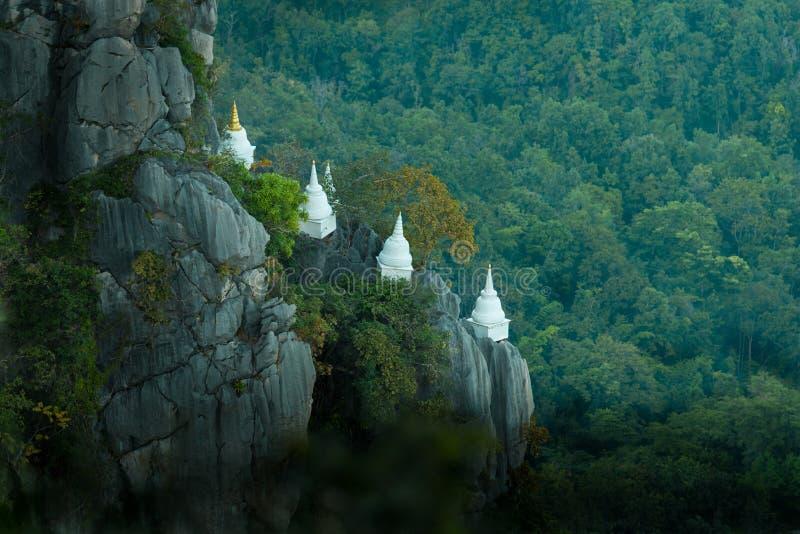 La pagoda a été construite sur la falaise photo stock