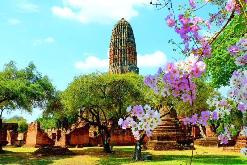 La pagoda antigua está en el área de templo foto de archivo