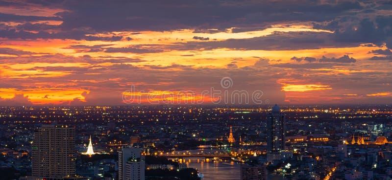 La pagoda bianca, Temple of Dawn, grande palazzo al tramonto, Bangkok, Tailandia fotografie stock libere da diritti