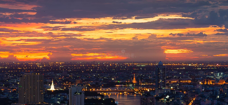 La pagoda blanca, Temple of Dawn, palacio magnífico en la puesta del sol, Bangkok, Tailandia fotos de archivo libres de regalías