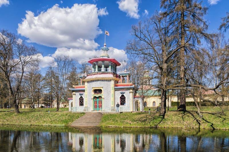 La pagoda chinoise de grincement dans Catherine Park dans Tsarskoye Selo photos libres de droits