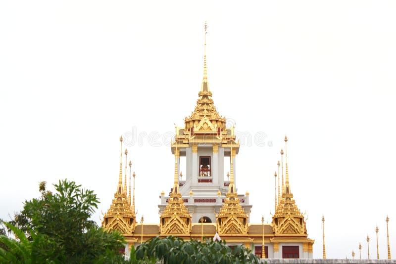 La pagoda del templo en Bangkok con el fondo blanco del cielo en luz del día fotografía de archivo