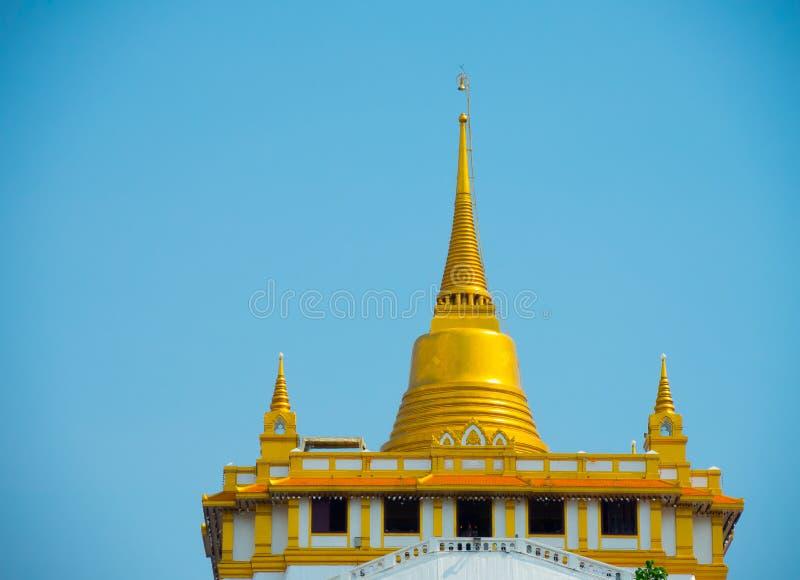 La pagoda en el soporte de oro un templo tailandés real de Wat Saket es uno de los templos más viejos de Bangkok's foto de archivo libre de regalías