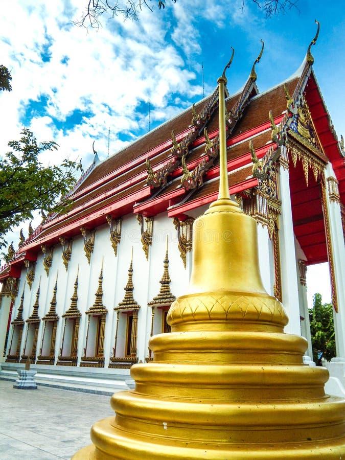 La pagoda está al lado de la iglesia de oro, Wat Nakhon Sawan, Tailandia imagen de archivo