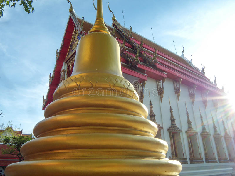 La pagoda está al lado de la iglesia de oro, Wat Nakhon Sawan, Tailandia imágenes de archivo libres de regalías