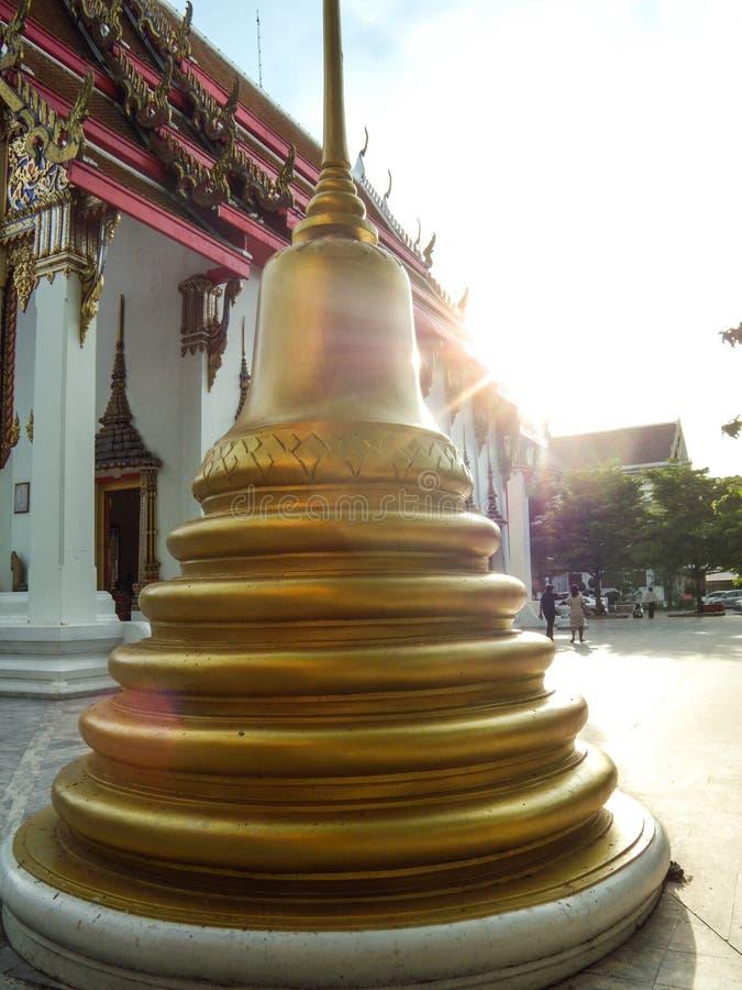 La pagoda está al lado de la iglesia de oro, Wat Nakhon Sawan, Tailandia fotos de archivo