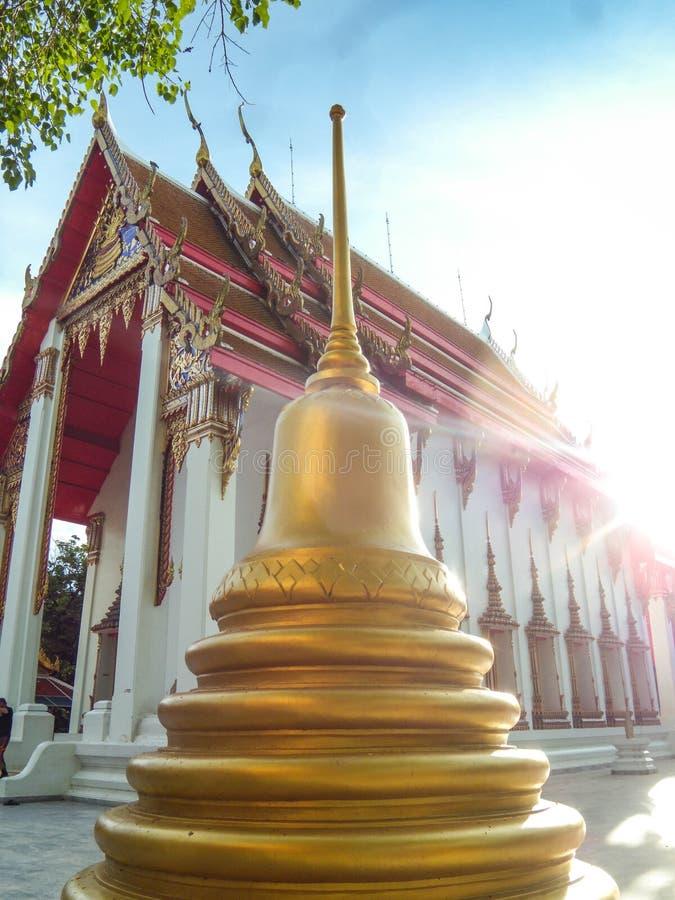 La pagoda está al lado de la iglesia de oro, Wat Nakhon Sawan, Tailandia imagenes de archivo