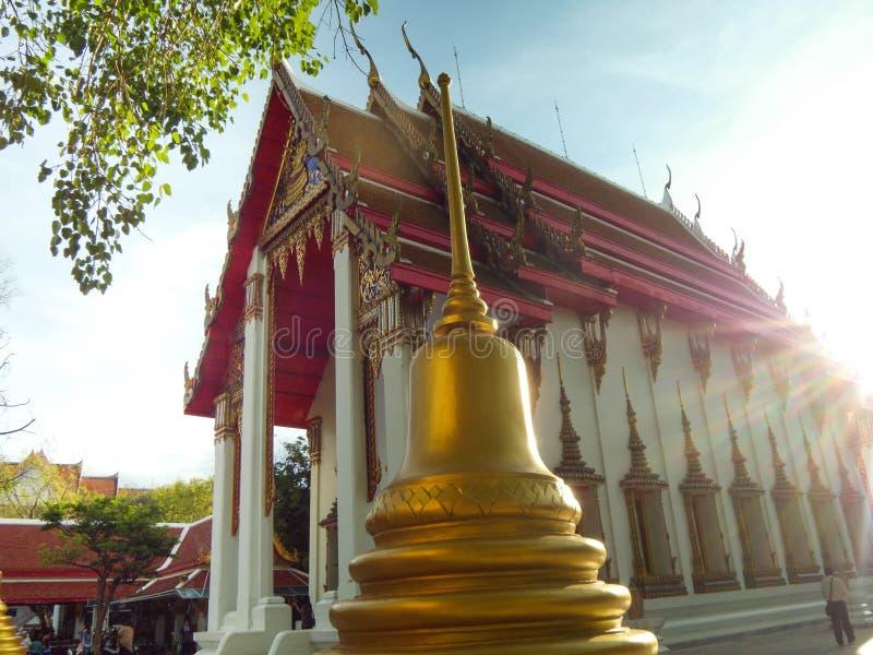 La pagoda está al lado de la iglesia de oro, Wat Nakhon Sawan, Tailandia foto de archivo