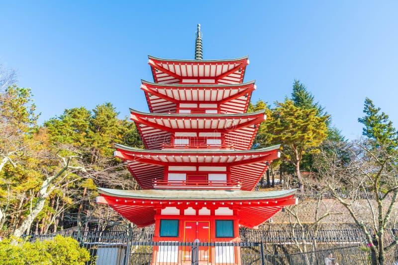 La pagoda roja, Chureito, es señal cerca de montaña de Fuji en Kawaguch foto de archivo