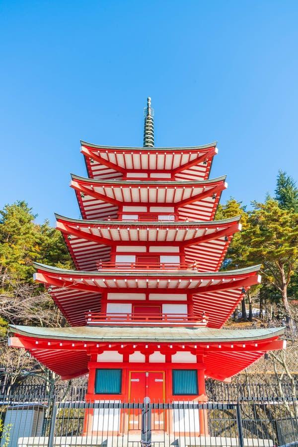 La pagoda roja, Chureito, es señal cerca de montaña de Fuji en Kawaguch imagen de archivo