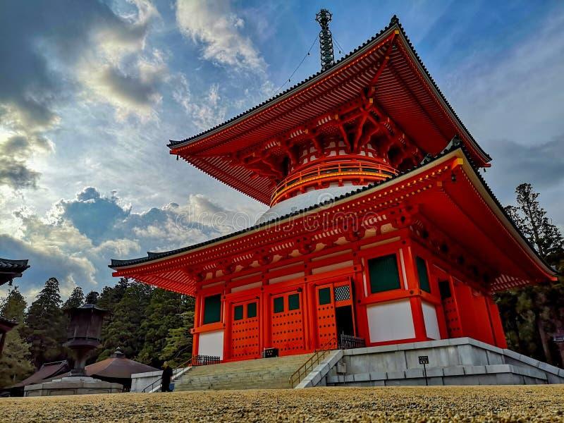 La pagoda rossa vibrante di Konpon Daito nell'Unesco ha elencato il complesso del tempio di buddismo di shingon di Danjo Garan in fotografia stock libera da diritti