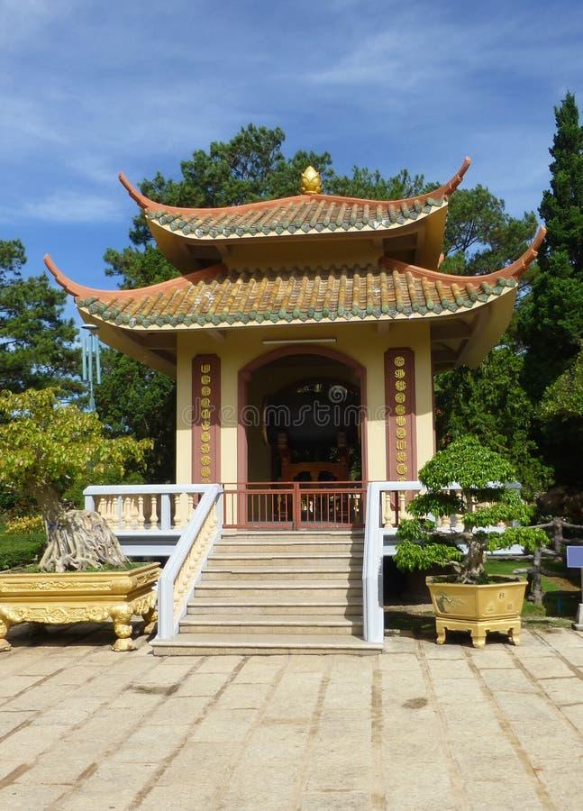La pagoda vietnamienne est entourée par de beaux arbres et arbuste photographie stock libre de droits