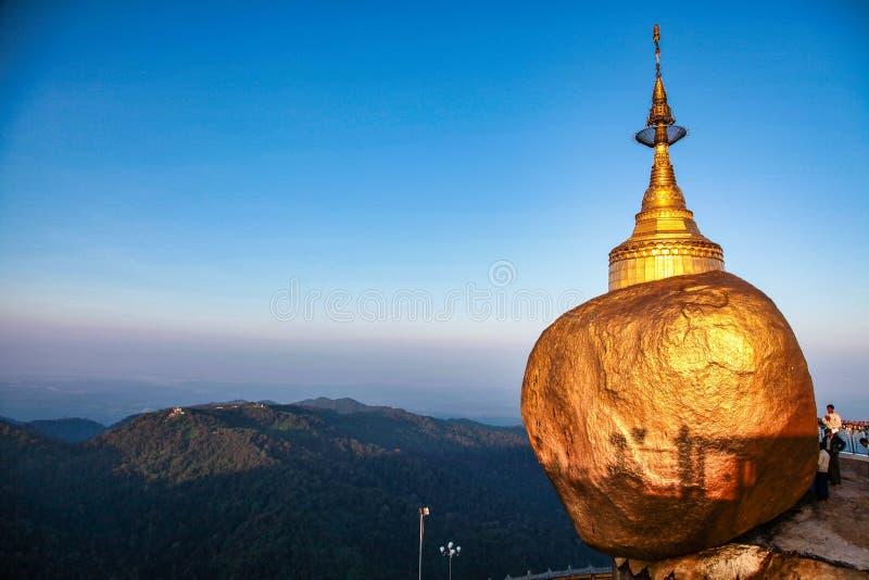 La pagode de Kyaiktiyo aussi connue sous le nom de Rocher d'Or en Birmanie (Myanmar) image libre de droits