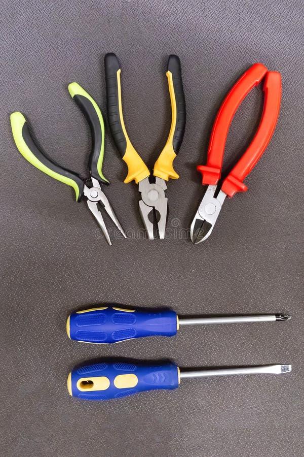 La paire du caoutchouc de tournevis manipule la construction parallèle d'ensemble de pinces de pinces des outils de bricolage tro images stock