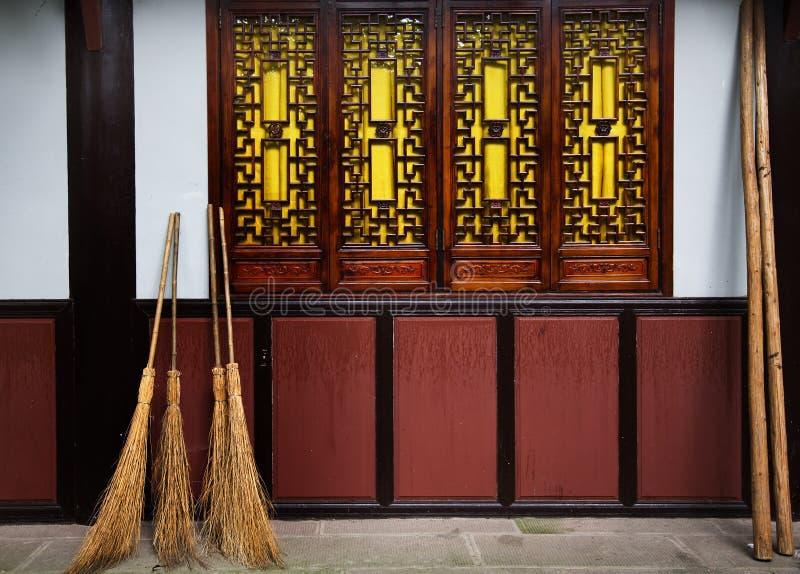 La paja barre el templo budista China de Windows de la pared imágenes de archivo libres de regalías
