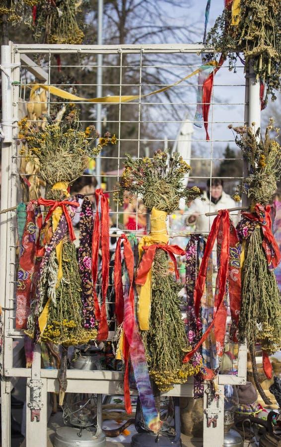 La paja rellena vendió en una feria de la calle vestida en ropa, bufanda y falda coloridas y adornada con las cintas imagen de archivo libre de regalías