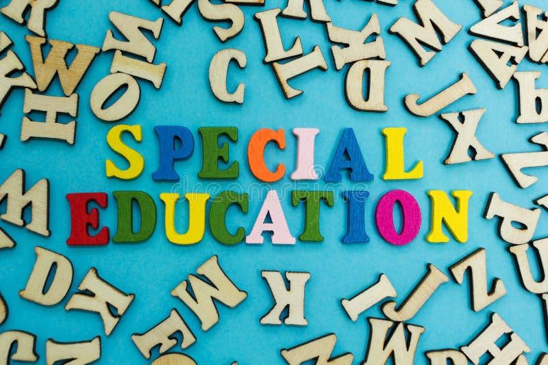 La palabra 'educación especial 'se presenta de letras multicoloras en un fondo azul foto de archivo libre de regalías