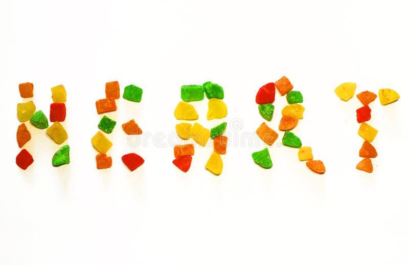 La palabra CORAZÓN se presenta con las frutas secadas escarchadas coloreadas fotografía de archivo libre de regalías