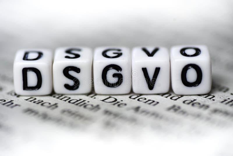 La palabra DSGVO formó por los bloques de madera del alfabeto en el abbrevation del periódico para la ley alemana imágenes de archivo libres de regalías