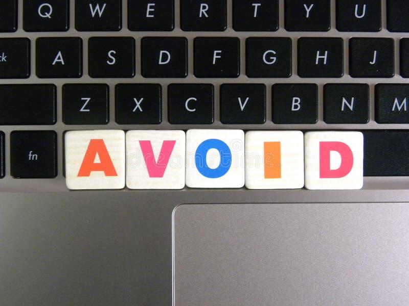 La palabra evita en fondo del teclado imagen de archivo