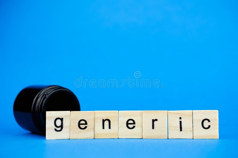 La palabra GENÉRICA en cubos de madera y un frasco oscuro médico en un fondo azul Concepto médico para los fabricantes de la drog fotografía de archivo libre de regalías