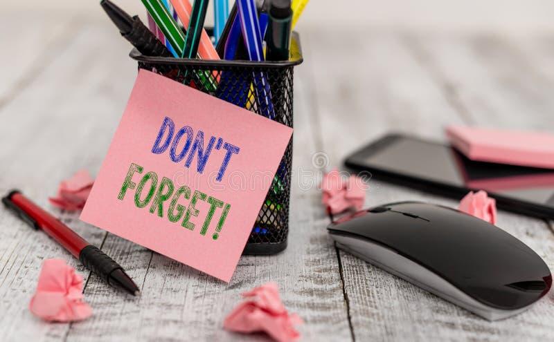 La palabra que escribe el texto Don T olvida Concepto del negocio para que utilizado recuerde alguien sobre la escritura importan imágenes de archivo libres de regalías
