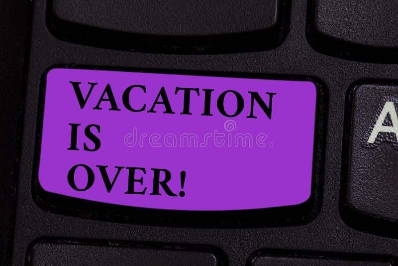 La palabra que escribe vacaciones del texto ha terminado Concepto del negocio para el final de las buenas memorias de la rotura a fotos de archivo libres de regalías