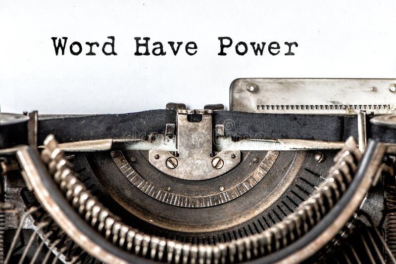 La palabra tiene poder mecanografió palabras en una máquina de escribir del vintage Cierre para arriba fotos de archivo