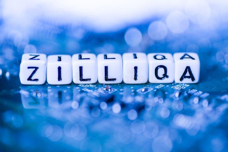 La palabra ZILLIQA formó por los bloques del alfabeto en cryptocurrency de la madre foto de archivo libre de regalías