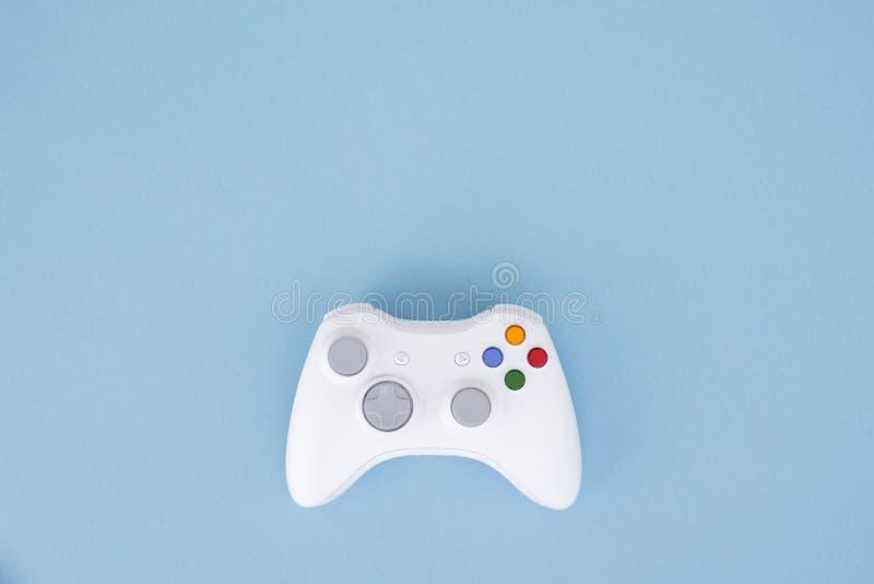 La palanca de mando blanca se aísla en un fondo azul en colores pastel Videojuego Concepto del juego fotos de archivo libres de regalías
