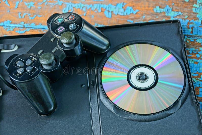 La palanca de mando negra del juego está en un Cd en una caja abierta fotografía de archivo libre de regalías