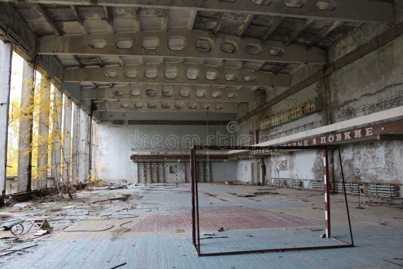 La palestra della scuola in città abbandonata ha chiamato Pripjat'nella zona di esclusione di Cernobyl, Ucraina fotografia stock