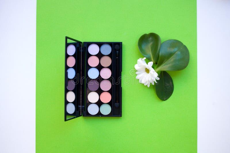 La paleta de la visión superior del cosmético multicolor en colores pastel compone, paleta de la sombra de ojos, las sombras colo foto de archivo