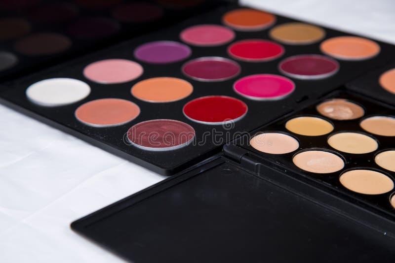 La palette colorée de fard à paupières et rougissent pour le plan rapproché de maquillage images libres de droits