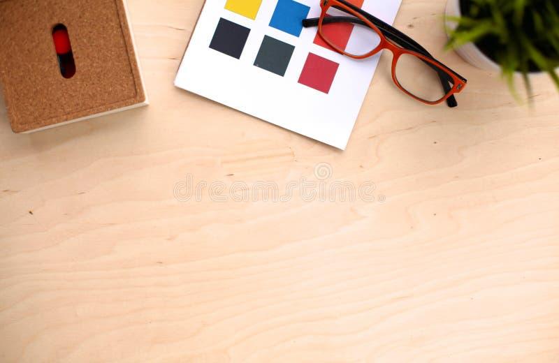 La palette de couleurs et les crayons se trouvent sur le bureau du ` s de concepteur photos stock