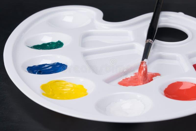 La palette de l'artiste avec les peintures colorées étroitement  photos libres de droits