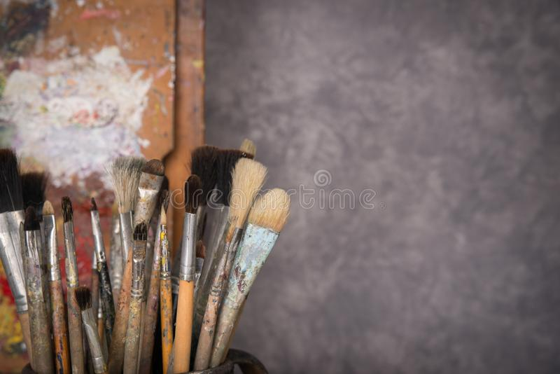 La palette de l'artiste, brosses, chevalet photographie stock libre de droits