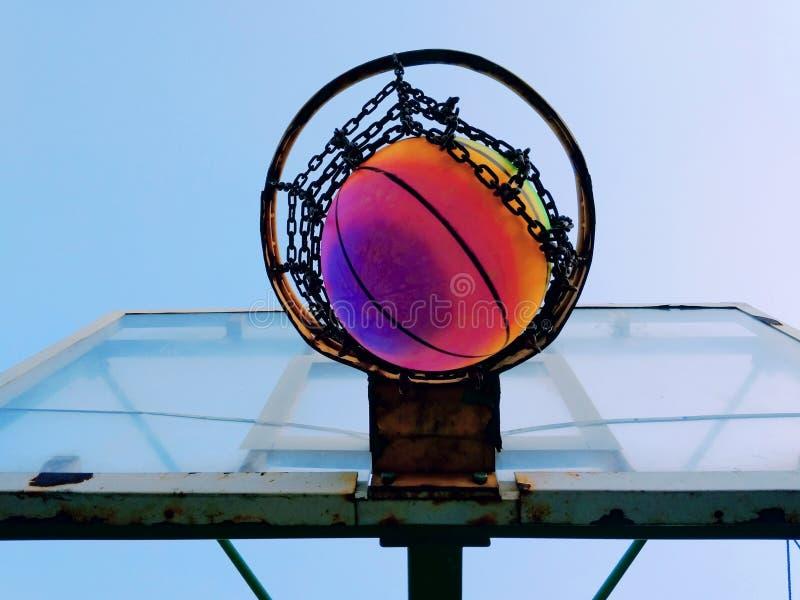 La palla di pallacanestro ha colpito l'anello fotografie stock