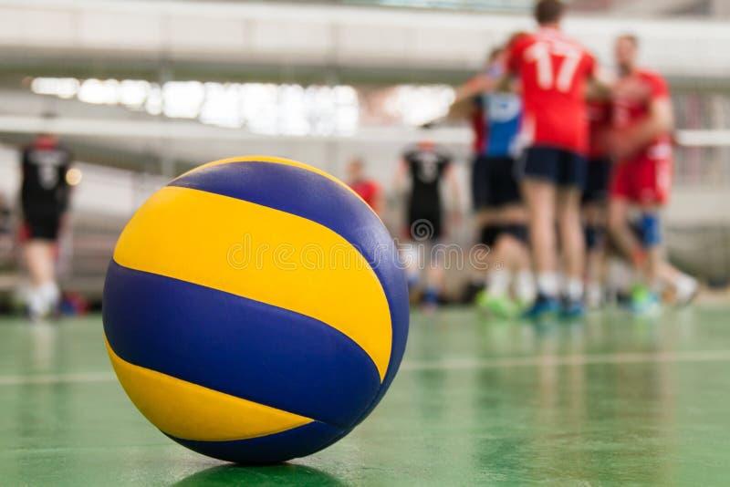 la pallavolo Giallo-blu sul pavimento nella palestra, gruppo degli atleti è un mazzo fotografia stock