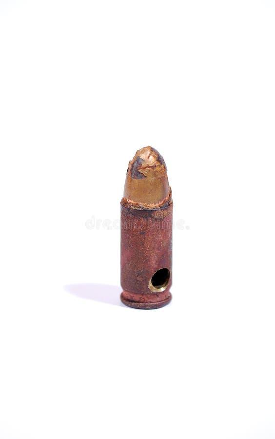 La pallottola disattivata e perforata dalla pistola del TT su un fondo bianco firearms fotografie stock