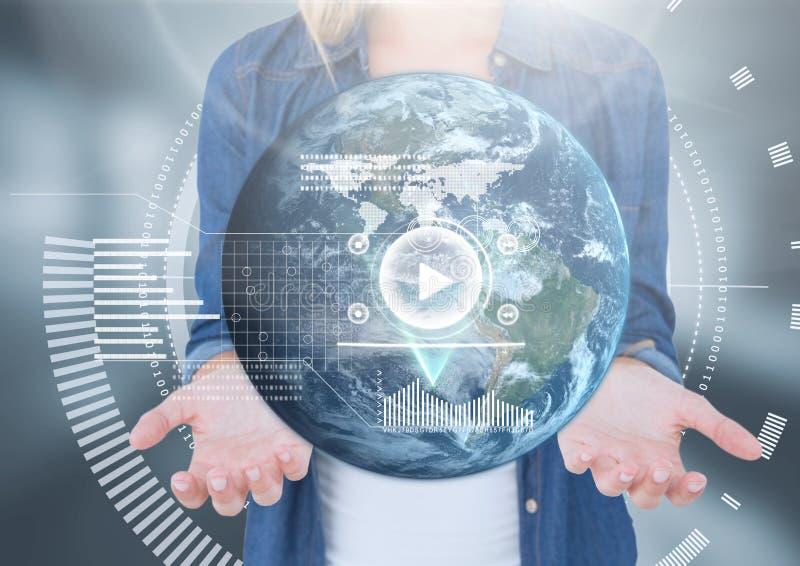 La palma abierta de la mujer da llevar a cabo tecnología del interfaz del globo de la tierra del mundo imagen de archivo