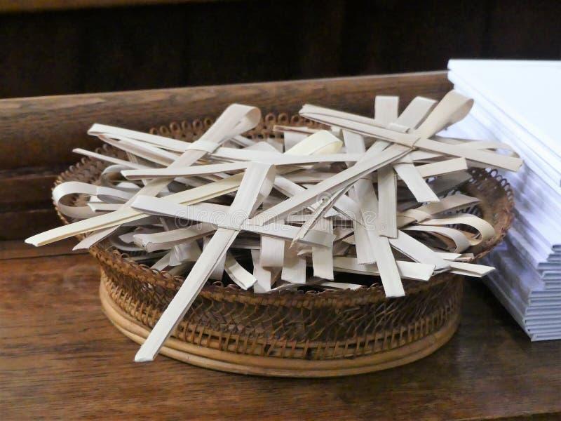 La palma cruza en una cesta de mimbre para la ocasión de Ramos Domingo fotos de archivo
