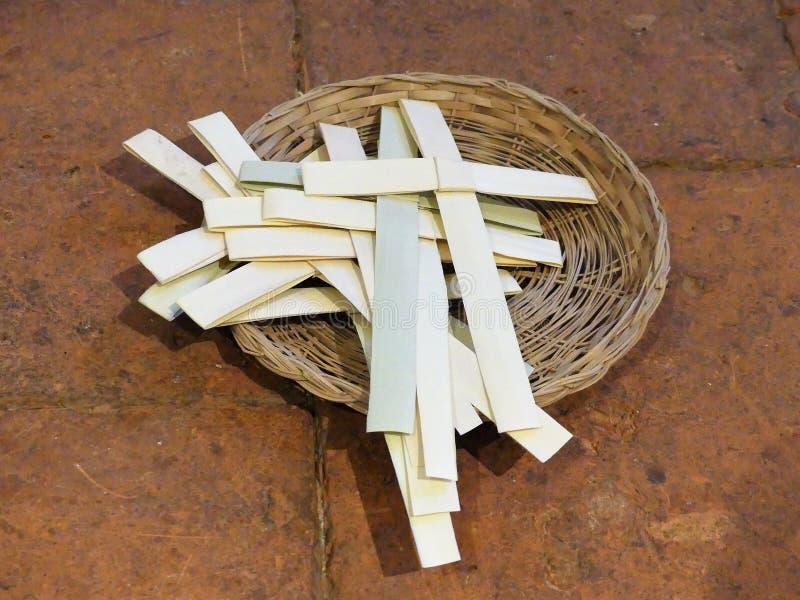 La palma cruza en una cesta de mimbre para la ocasi?n de Ramos Domingo fotos de archivo