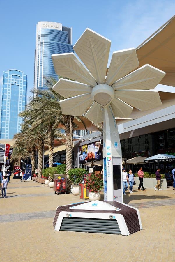 La palma elegante está en el salón del automóvil 2017 de Dubai fotos de archivo