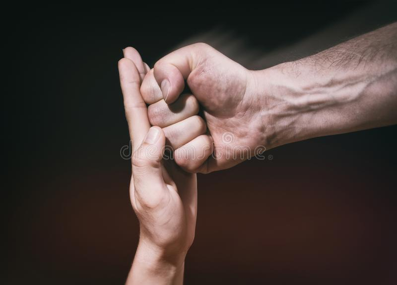 La palma femenina para un sacador masculino foto de archivo