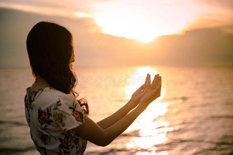La palma humana da la acción como ruega para adorar símbolo para la adoración al cristianismo del Jesucristo fotos de archivo